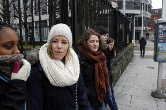 Kalde folk som venter på bussen, ISKALDT i Dublin!